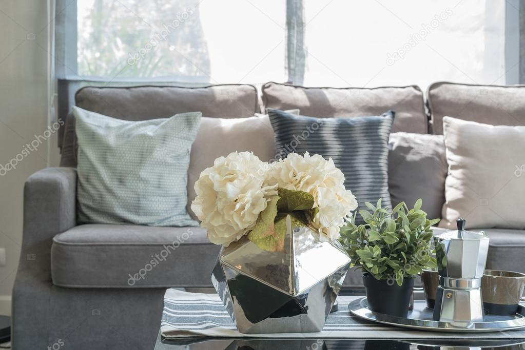 vaso della pianta sul tavolo di vetro nel soggiorno — Foto Stock ...