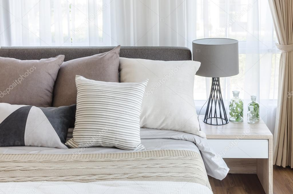 camera da letto stile moderno con cuscini sul letto e lampada ...