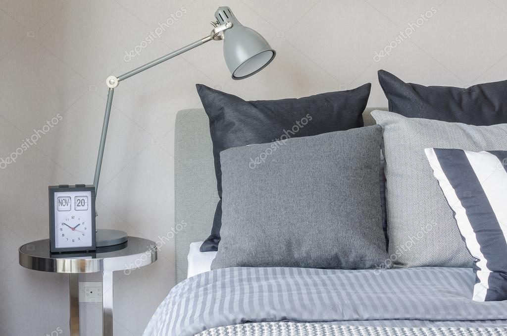 Moderne Lampen 94 : Moderne grau lampe mit wecker auf beistelltisch im schlafzimmer