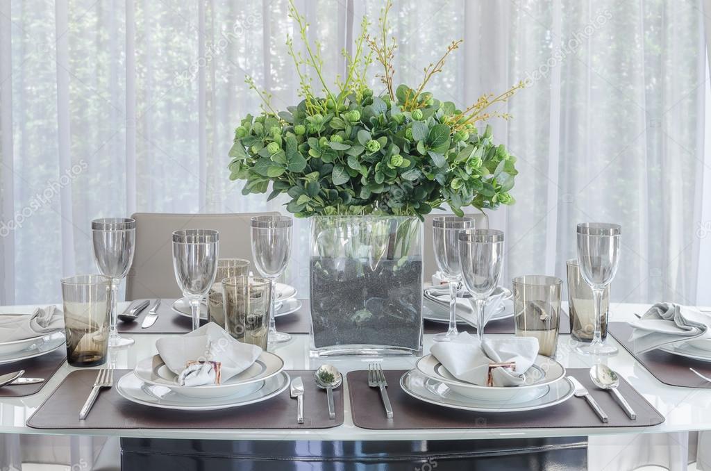 Plantas en florero de vidrio sobre mesa de comedor foto for Vidrio para mesa de comedor precio