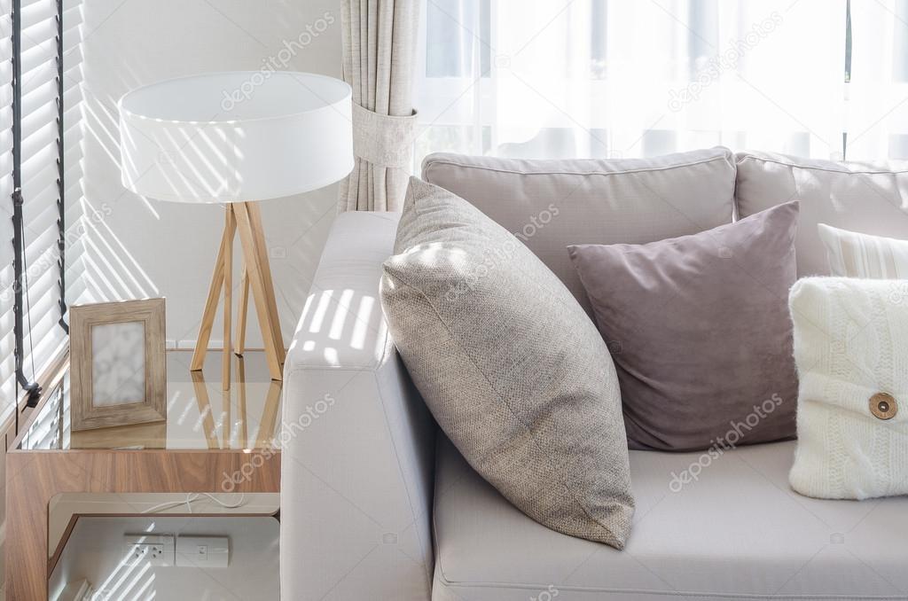 Moderne Lampen 64 : Modernes wohnzimmer mit kissen auf sofa und moderne lampe auf