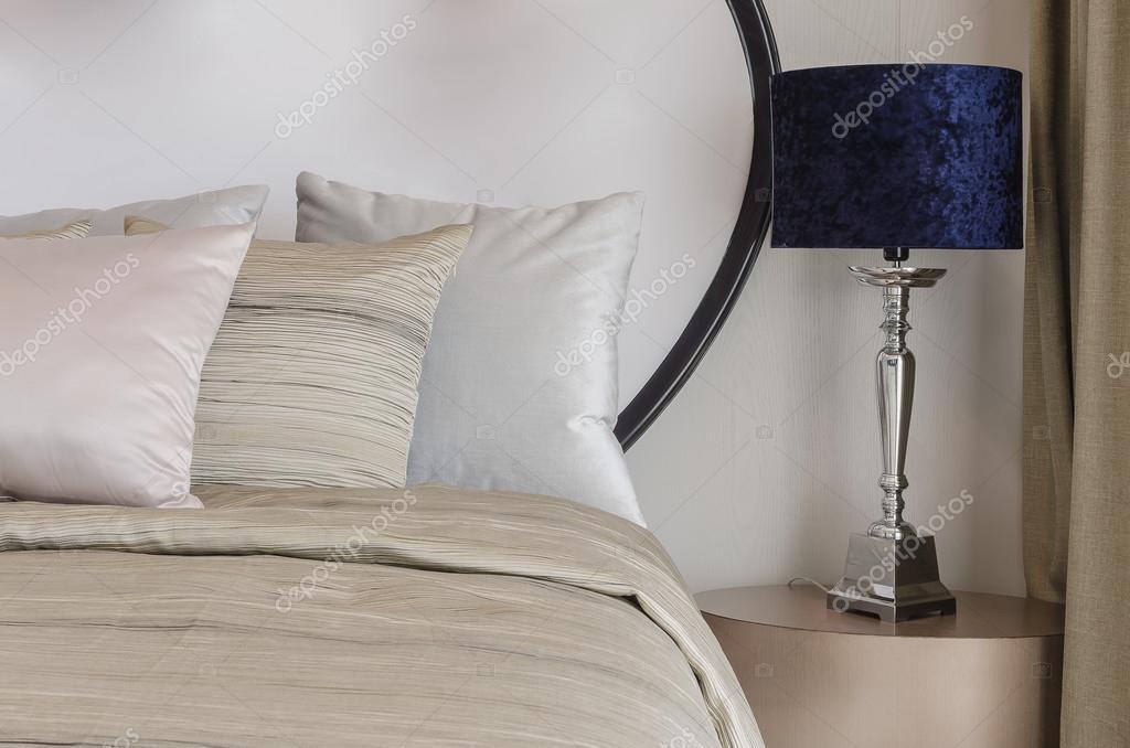 Blauwe Slaapkamer Lamp : Klassieke blauwe lamp op houten tafel in de slaapkamer u stockfoto