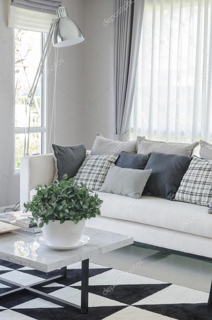 Witte schaal van planten op tafel in moderne woonkamer Woonkamer tafel