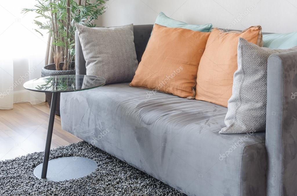 Sofá Moderno Cinzento Com Almofadas E Mesa Preta No Tapete U2014 Fotografia De  Stock