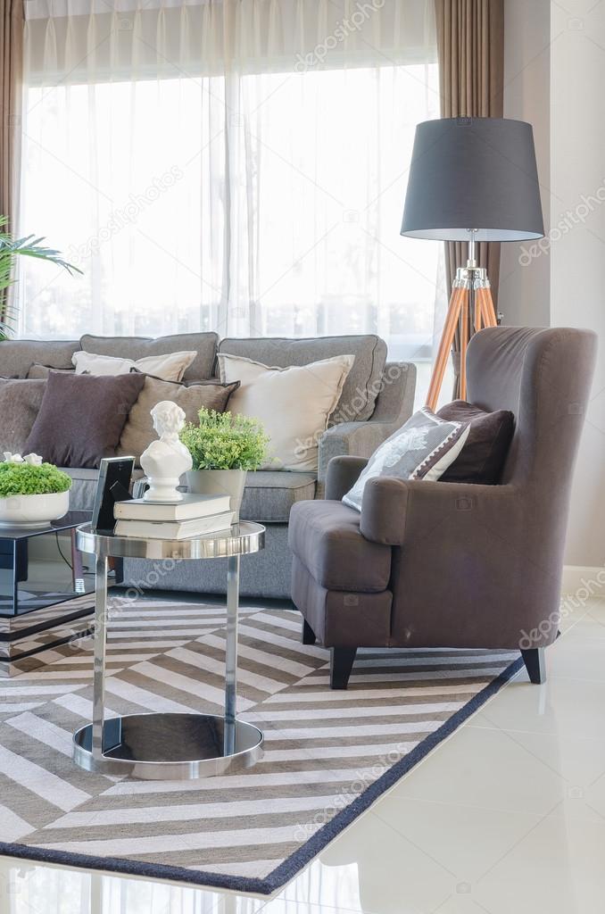 salon moderne avec canapé moderne marron — Photographie ...