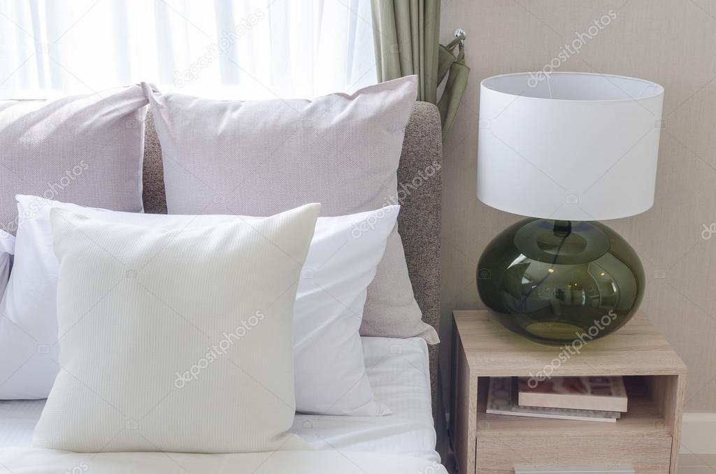 Moderne Lampen 85 : Witte kussens op moderne witte bed met moderne lamp u stockfoto
