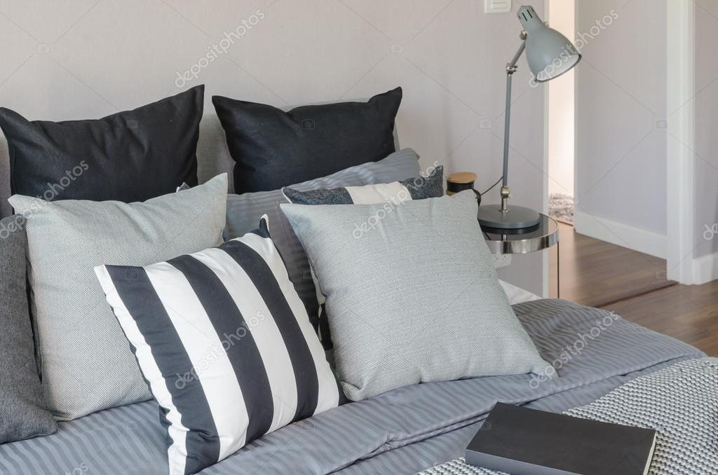 Moderne Lampen 64 : Moderne grau lampe mit wecker auf beistelltisch im schlafzimmer
