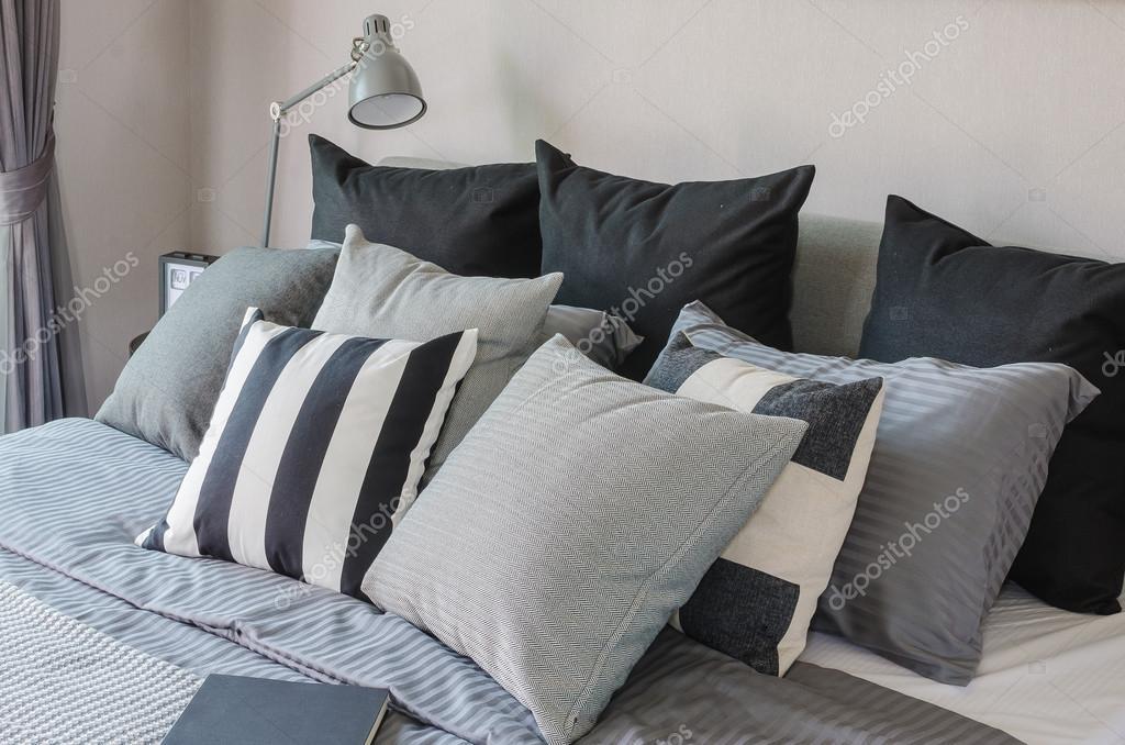 Moderne slaapkamer met donkere kleur toon kussens u2014 stockfoto
