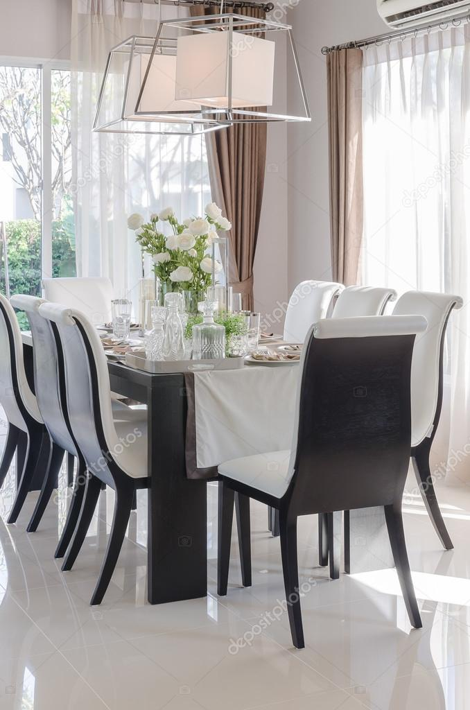moderne eetkamer met zwarte houten tafel en stoel — Stockfoto ...
