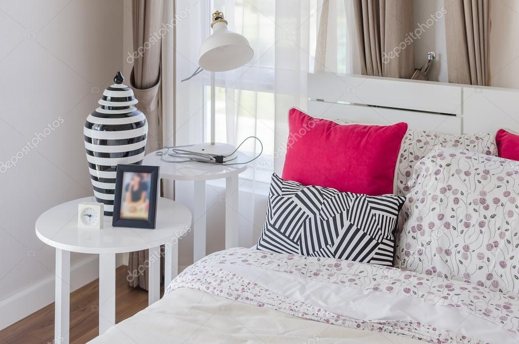Moderne Lampen 96 : Rote kissen auf weißes holzbett mit modernen lampe u stockfoto