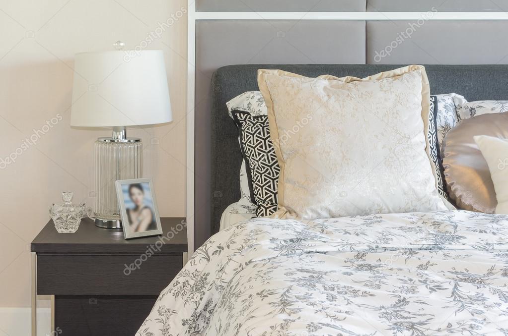 Luxus Schlafzimmer Mit Glas Lampe Auf Dunkel Braun Holztisch U2014 Stockfoto