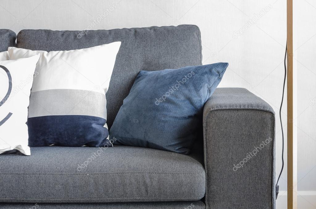 Kussens Blauw Grijs : Blauwe kussens op moderne grijs sofa u stockfoto