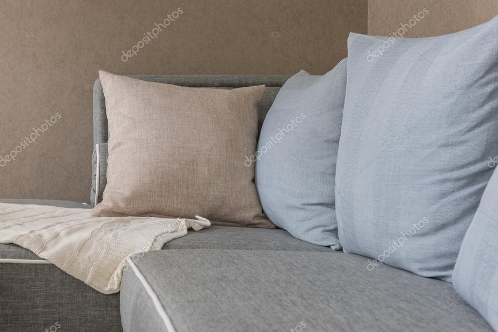 Kussens Blauw Grijs : Bruin en blauw kussens met deken op moderne grijs sofa u stockfoto