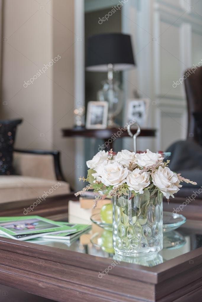 Vaso di vetro del fiore sul tavolo in legno nel soggiorno foto stock khongkitwiriyachan - Tavolo di vetro per soggiorno ...