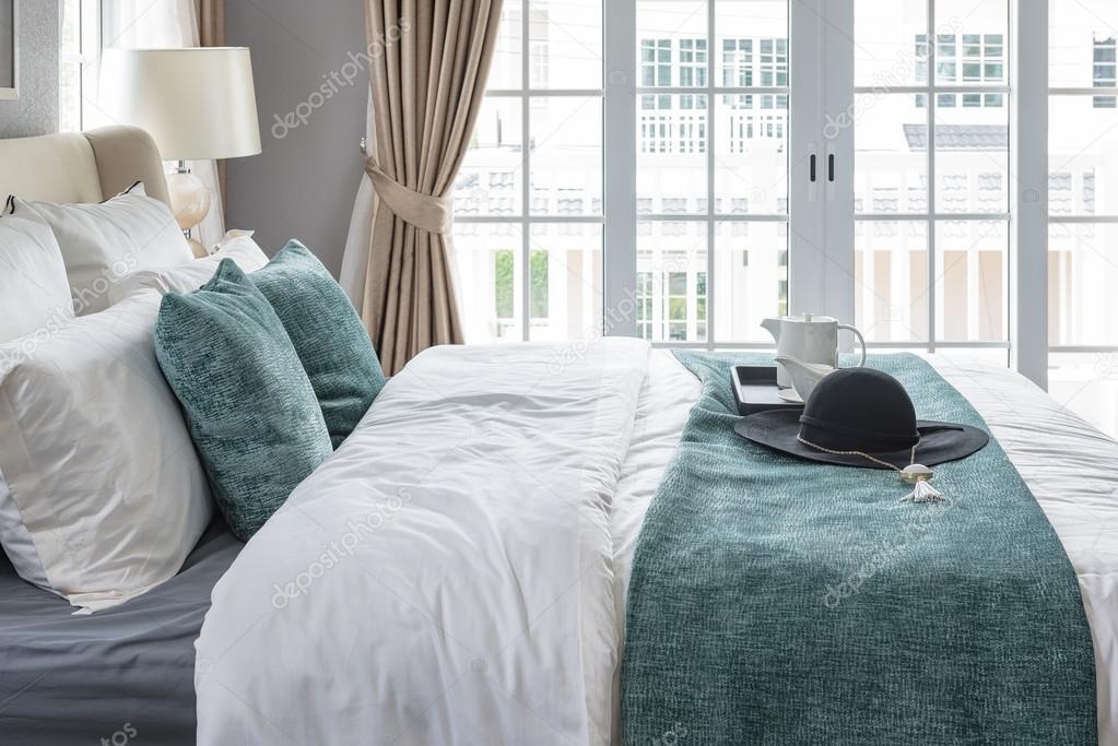 Μαύρο καπέλο σε πράσινο κουβέρτα στο κρεβάτι στην κρεβατοκάμαρα της  πολυτέλειας στο σπίτι — Εικόνα από khongkitwiriyachan e75f176e3a4
