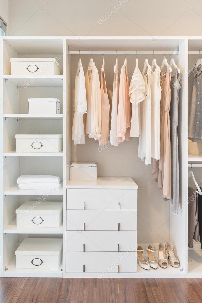 Armario blanco en el piso de madera con vestido fotos de - Armario madera blanco ...