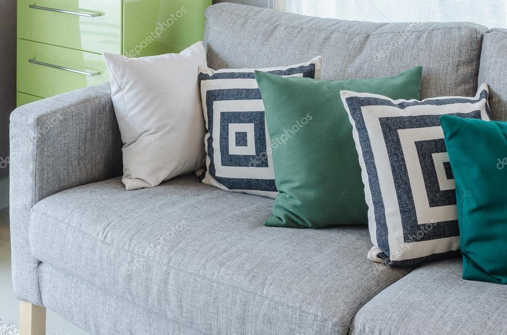 Moderno sof gris con cojines verdes y blanco y negro for Sofa gris y blanco