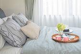 tálca-két csésze kávé ágyon váza virág szett