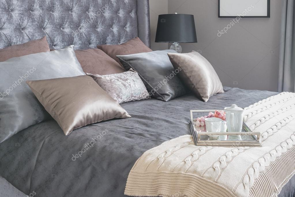 letto di lusso con cuscini e vassoio di tè insieme sulla coperta ... - Cuscini Camera Da Letto