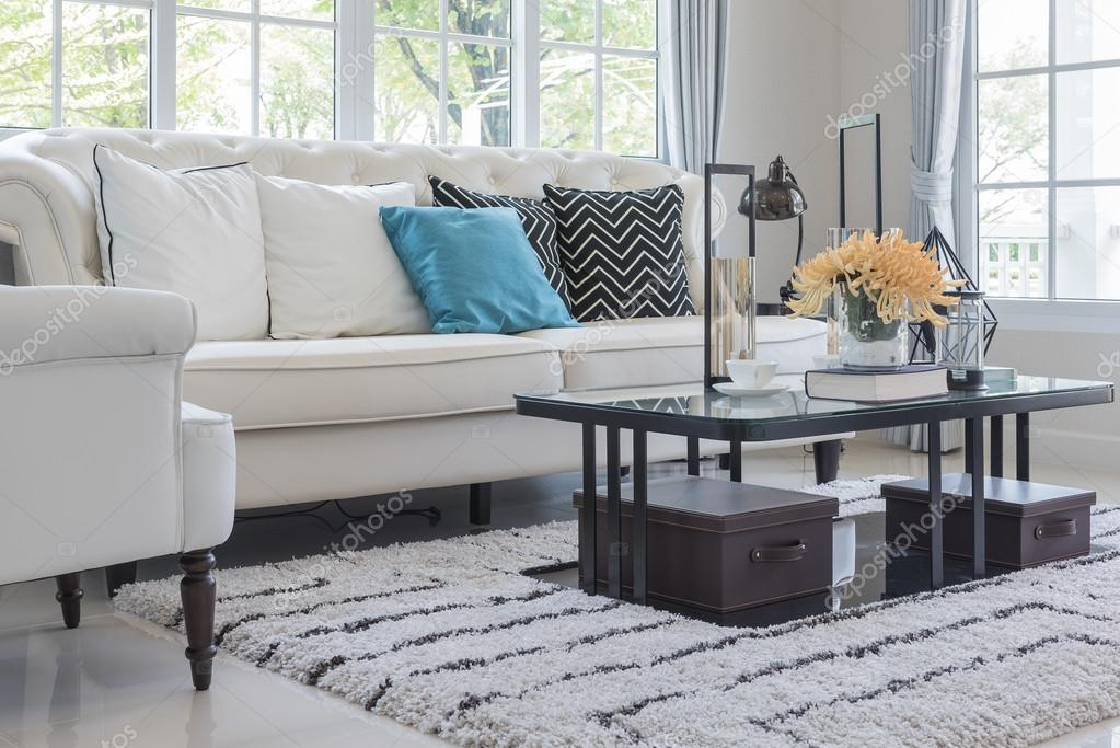 luxe woonkamer met witte kussens op klassieke stijl sofa — Stockfoto ...