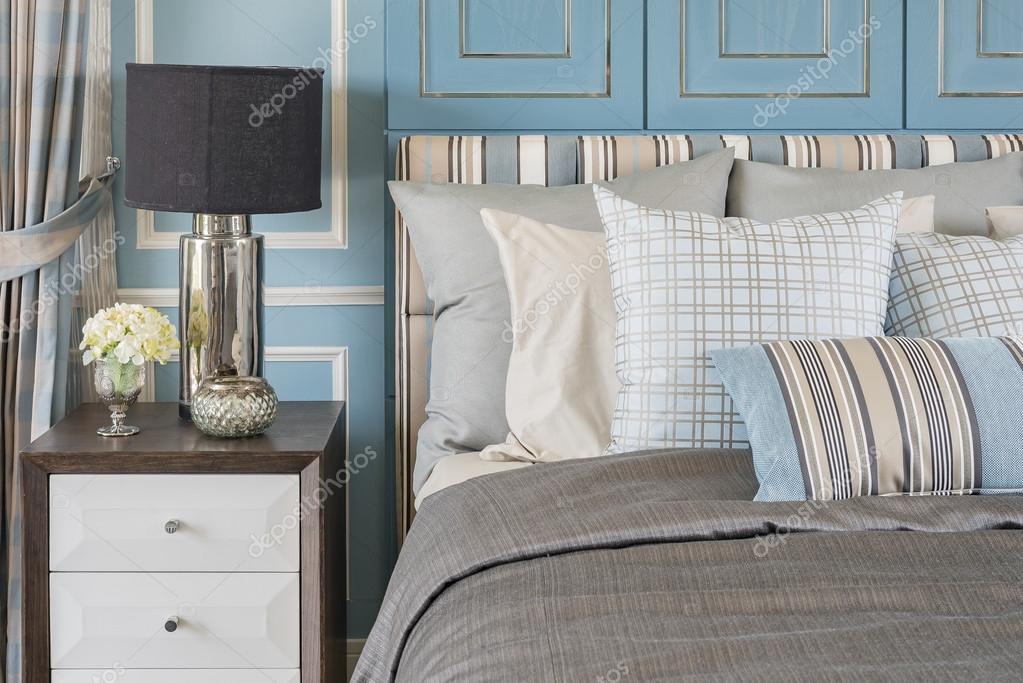 Blauwe Slaapkamer Lamp : Klassieke lamp stijl op houten tafel in blauwe slaapkamer met