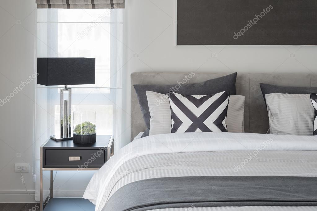 Slaapkamer Lamp Zwart : Zwart wit moderne slaapkamer stijl met zwarte lamp u stockfoto