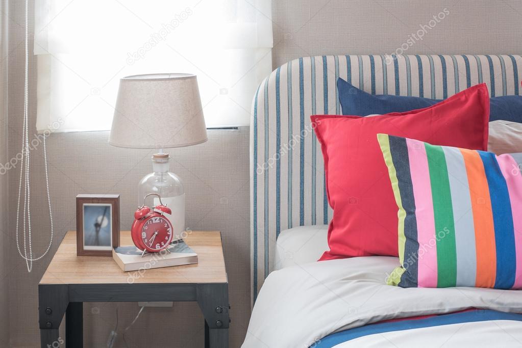 Schlafzimmer Bunt bunte schlafzimmer mit bunten bett und kissen — stockfoto