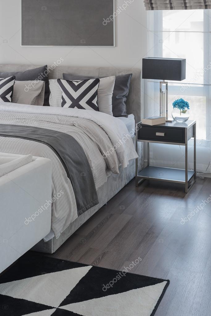 zwart wit moderne slaapkamer stijl met moderne bed stockfoto