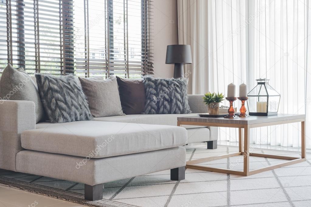 salon moderne avec canap gris moderne et table en bois sur tapis image de khongkitwiriyachan
