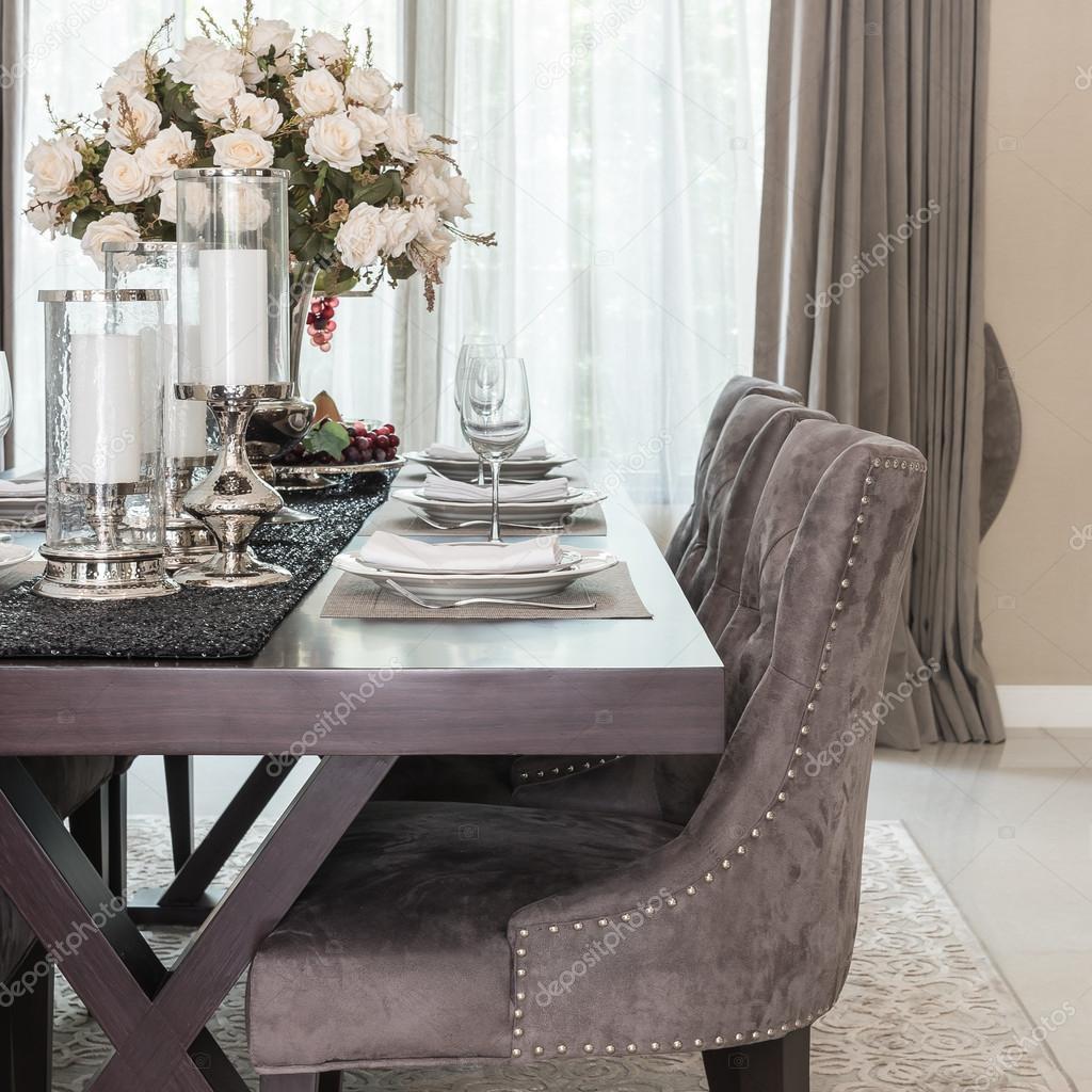 Sala da pranzo di lusso con legno tavolo e sedia in stile classico ...