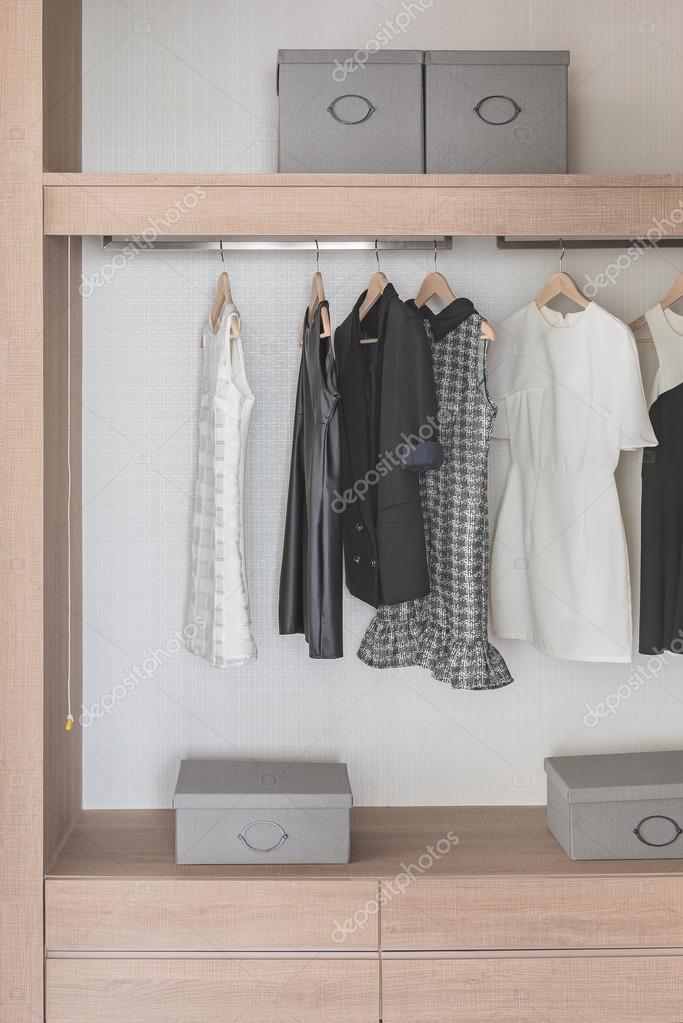 Hemden, die Schiene in moderne hölzerne Schrank hängen — Stockfoto ...