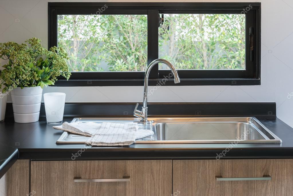 Comptoir de cuisine en bois avec granit noir sur le dessus - Dessus de comptoir en bois ...