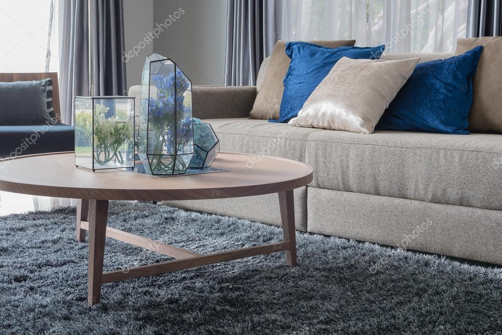 moderne woonkamer met houten ronde tafel — Stockfoto ...