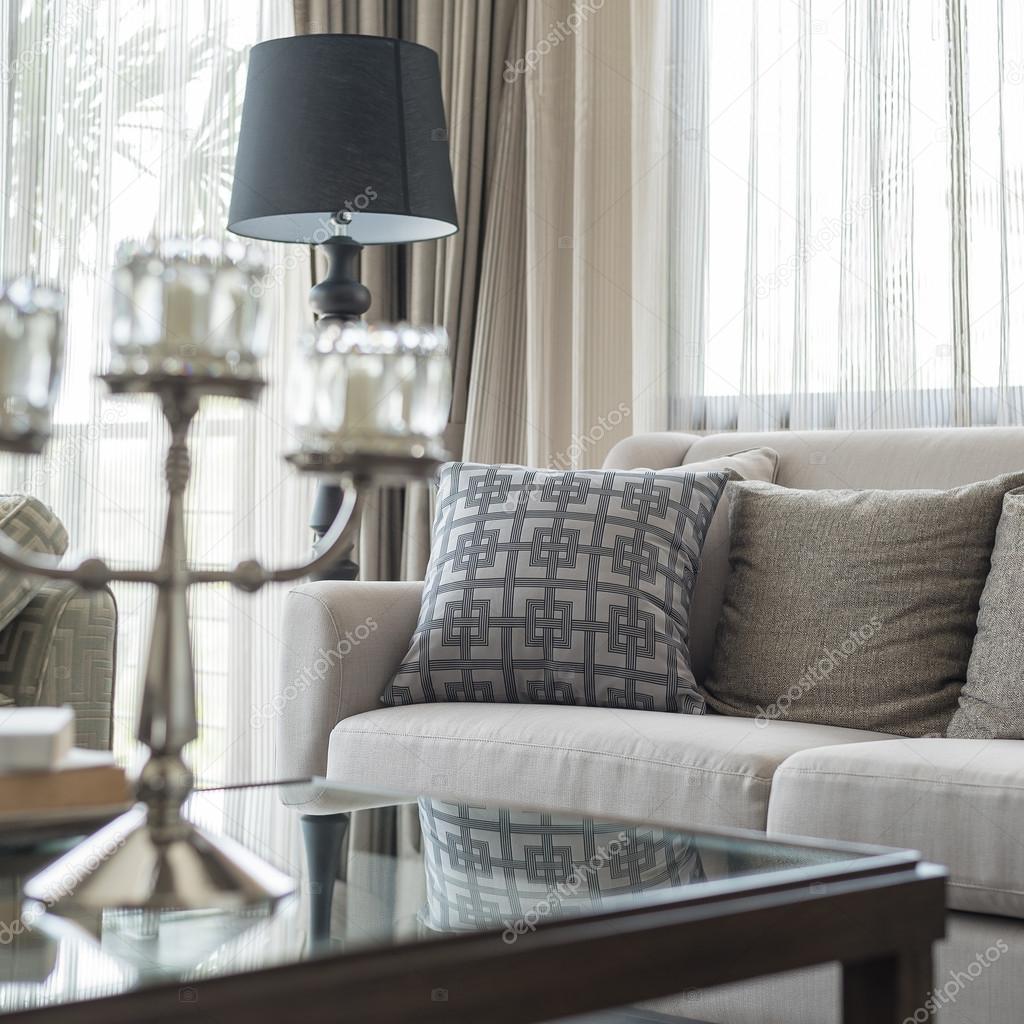 klassieke bank met kussens in woonkamer — Stockfoto ...