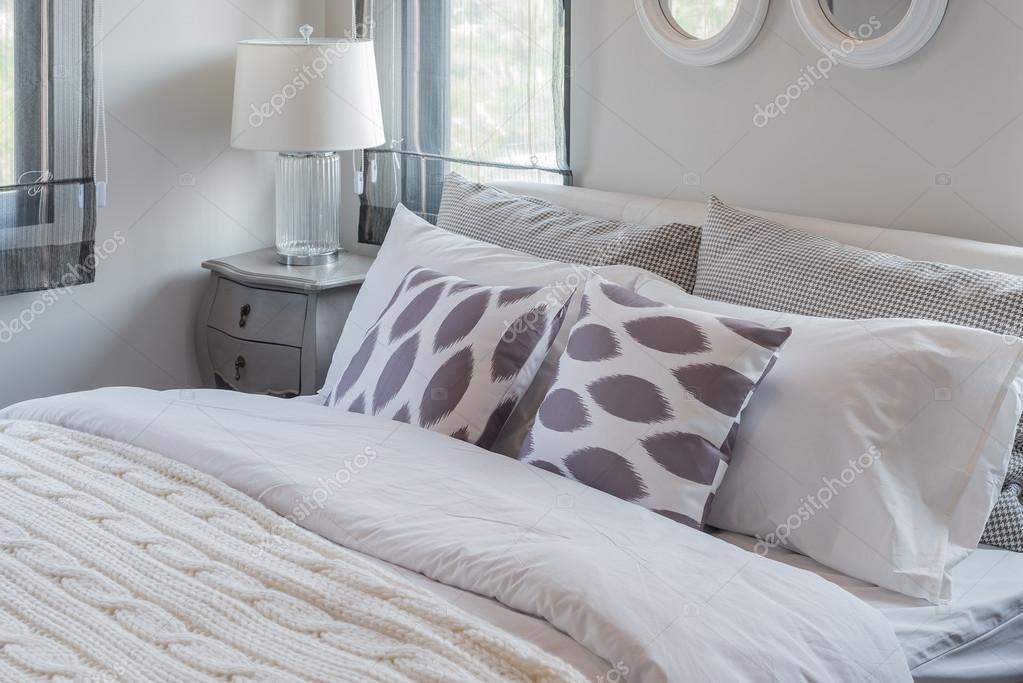Moderna camera da letto bianca con letto bianco e bianco lampada