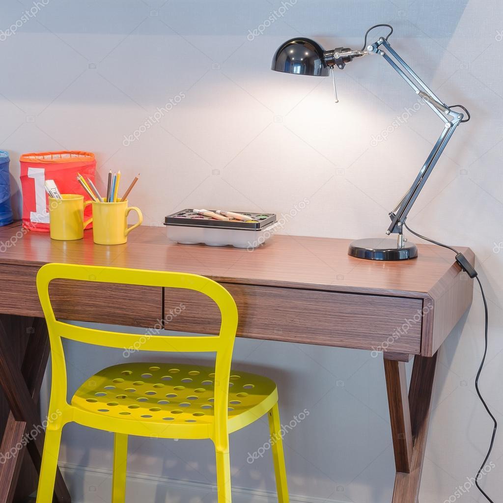 Fantastisk Gul stol och trä skrivbord med moderna svart lampa TI-18