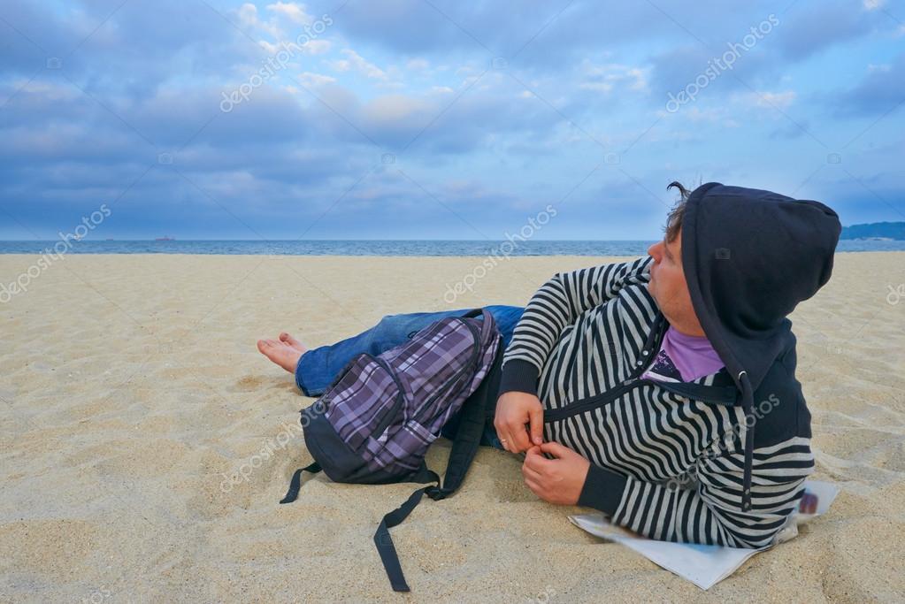 Jeune homme touristique sur la plage de Varna Bulgarie — Image de Marynka 22bed8bcad0