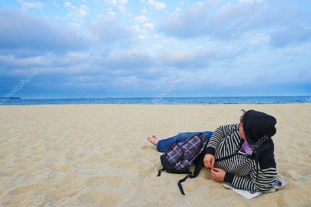 Jeune homme touristique sur la plage de Varna Bulgarie– images de stock  libres de droits f980ac843a7