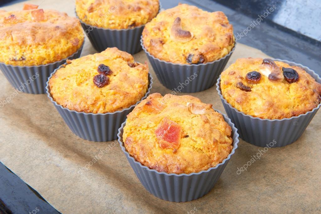Karotten Muffins Mit Apfel Und Kandierten Fruchten Auf Einer