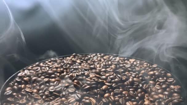 A füst körbeforog a forró kávébabon. Lassú mozgás..