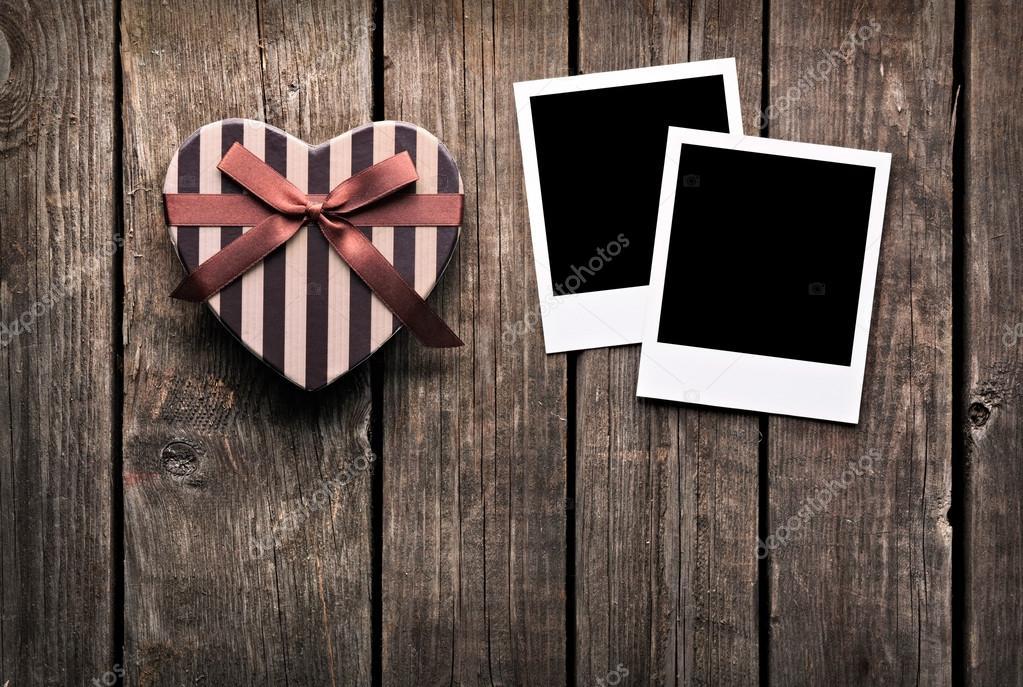 Bilderrahmen und Geschenk-Box auf altem Holz — Stockfoto ...