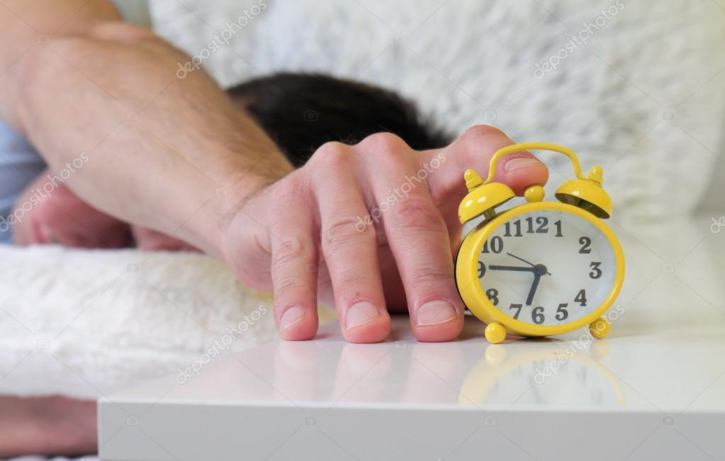 Hombre Acostado En La Cama, Apagar Un Despertador Cerca