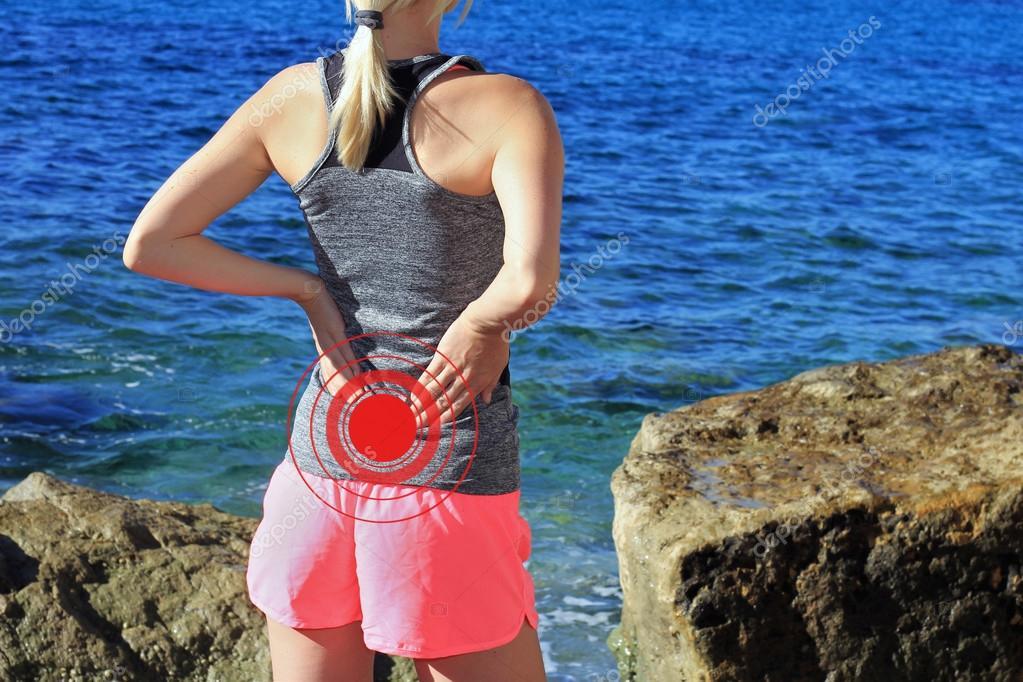 Rücken Sie Schmerzen im. Sportliche Fitness Frau reibt die Muskeln ...