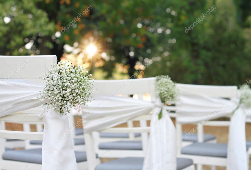 Decoración Matrimonio Rustico : Sillas blancas matrimonio flores blancas silla al aire libre