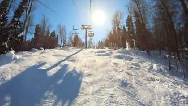 Bewegung am Skilift über schneebedeckten Hang im Wintersportort