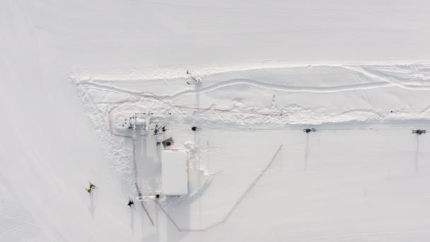 Seilbahn für den Transport von Skifahrern und Snowboardern. Drone Drone Ansicht