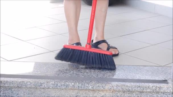 Lady zametání mramorové podlahy