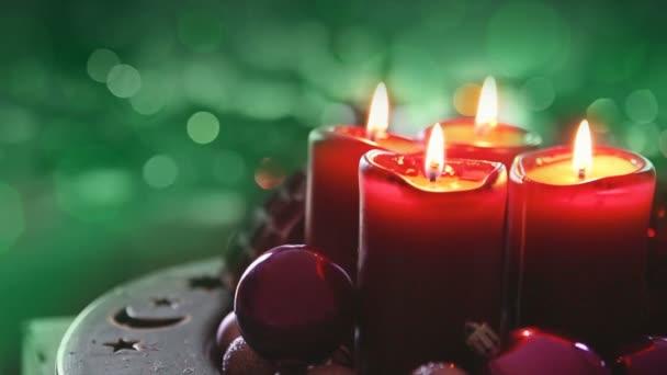 Vier brennende rote Kerzen zum Advent. Weihnachtlicher Hintergrund.