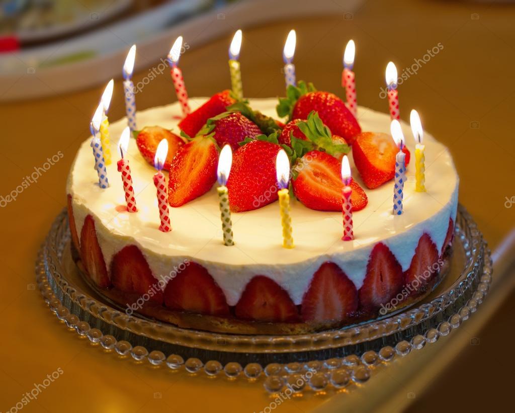 g teau d 39 anniversaire aux fraises avec des bougies photographie swkunst 73104763. Black Bedroom Furniture Sets. Home Design Ideas