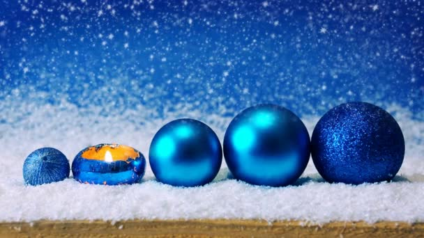 Blaue Weihnachtsdekoration und Schneefall